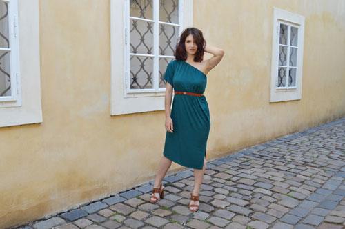 Ako zredukovať miesto vo vašej skrini? Skúste multifunkčné šaty od slovenskej módnej návrhárky. Oblečiete ich na rôzne spôsoby a dokonca aj ako sukňu.
