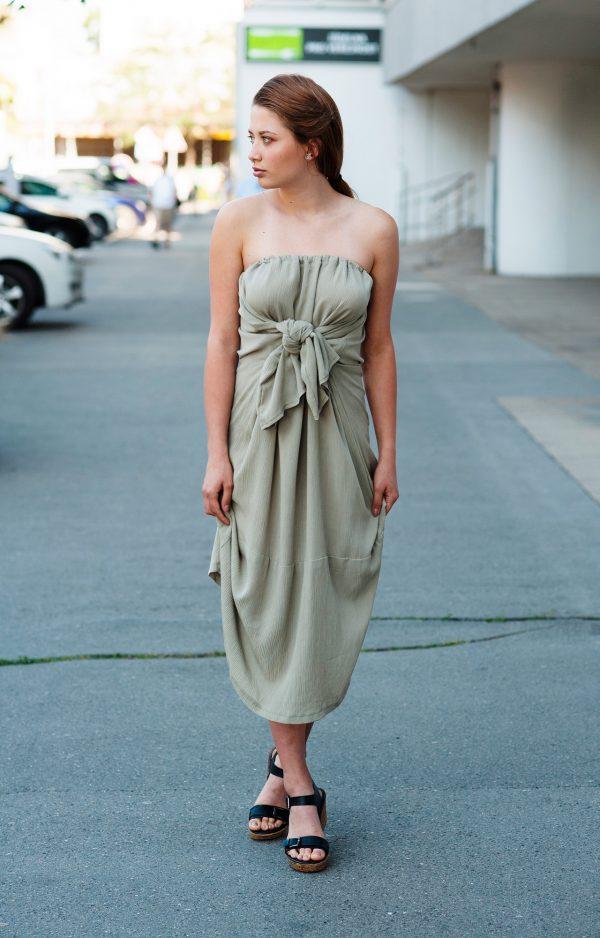 Světle zelené variabilní šaty, které lze obléci jako šaty bez ramínek, s vázáním za krkem, s jedním rukávem, s tříčetvrtečními rukávy a taky jako dlouhou sukni.