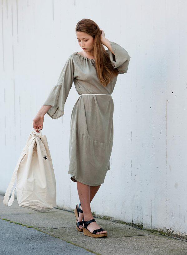 Polodlouhé světle zelené šaty z níž lze udělat šaty s rukávy, šaty s jedním rukávem, šaty bez ramínek, šaty s vázáním kolem krku, šaty s odhalenými rameny , šaty s krátkymi rukávy a taky dlouhou sukni.
