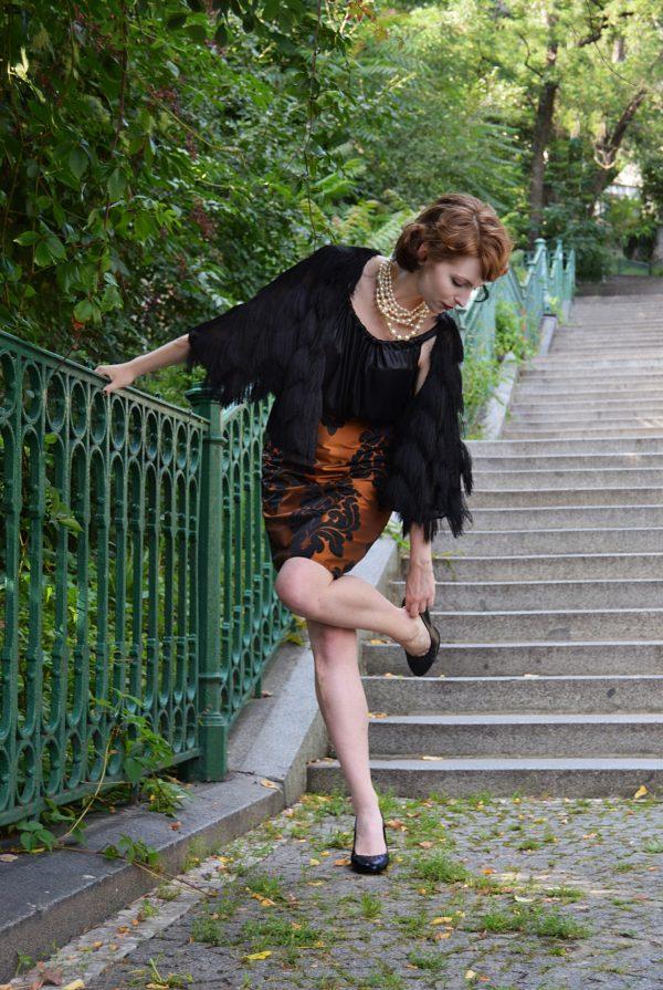 Elegantní tužková sukně skořicové barvy s odleskem.