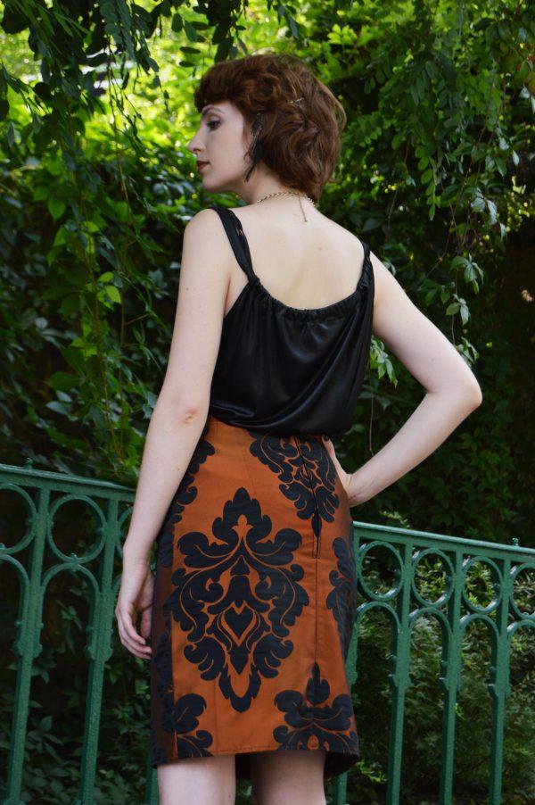 Elegantní tužková sukně měděně oranžové barvy s odleskem.