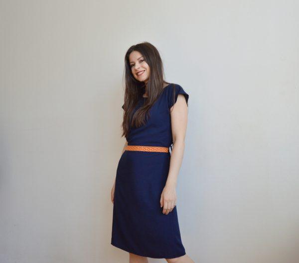 Tmavomodré šaty po kolená