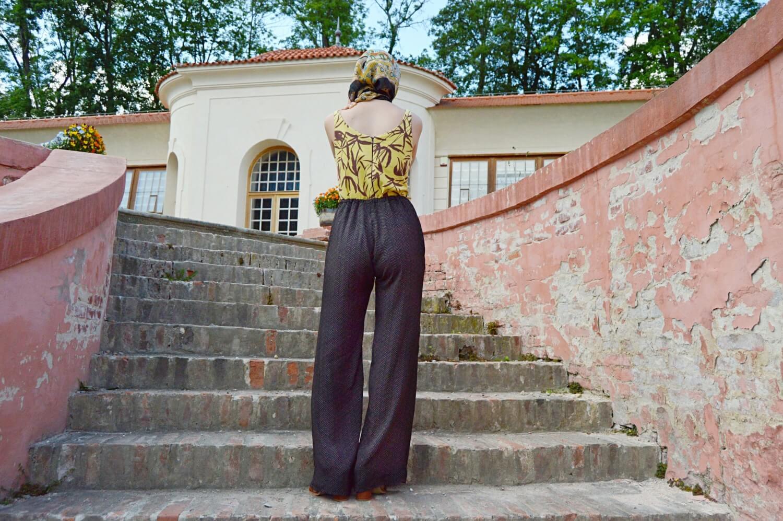 Tmavé zvonové kalhoty se zvýšeným pasem