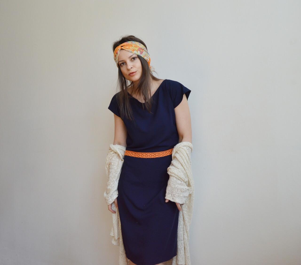 Tmavomodré slow fashion šaty po kolená