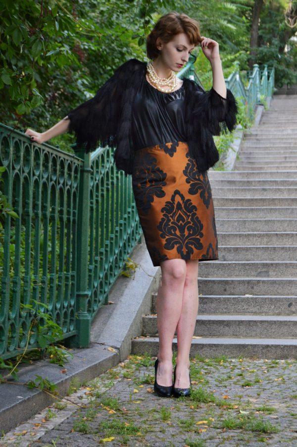 Elegantná medeno oranžová sukňa s čiernym barokovým vzorom