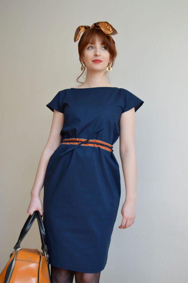 Tmavomodré bavlnené šaty s oranžový pásikom s páse, ktorý je nastaviteľný.