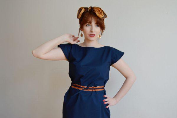 Modré šaty s nastavitelným pasem.