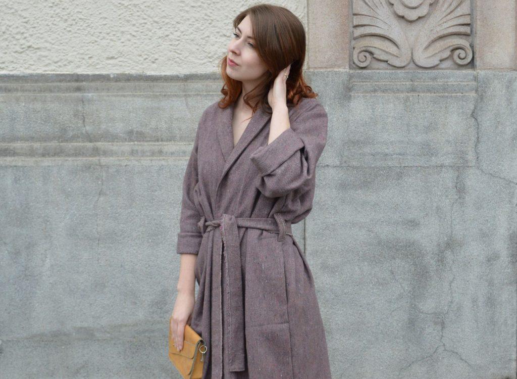 Fialový zavinovací kabát vyrobený v Praze