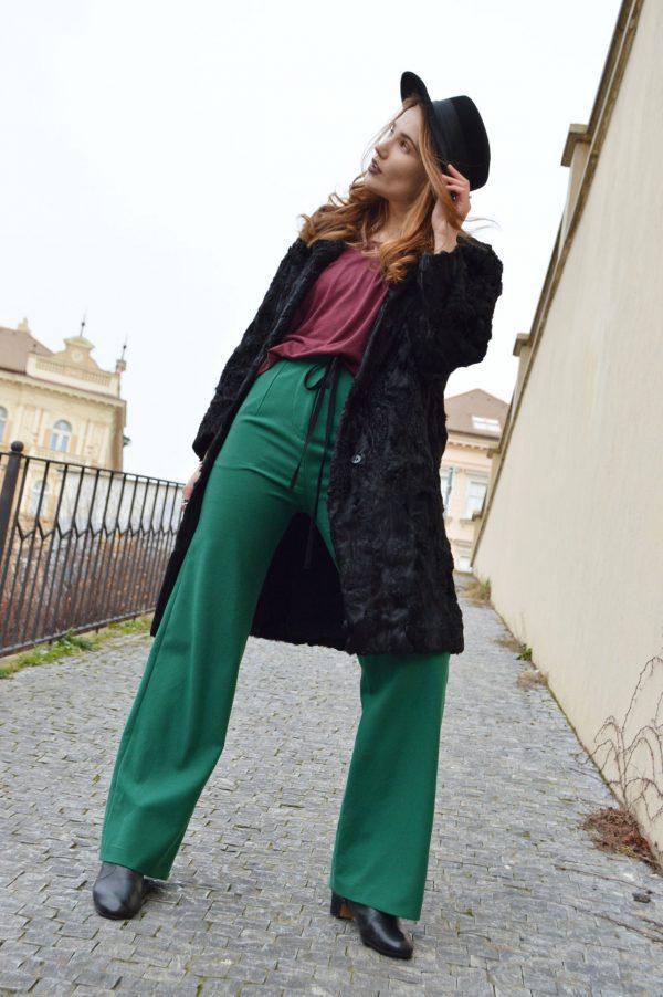 Zvonové kalhoty s vysokým pasem.
