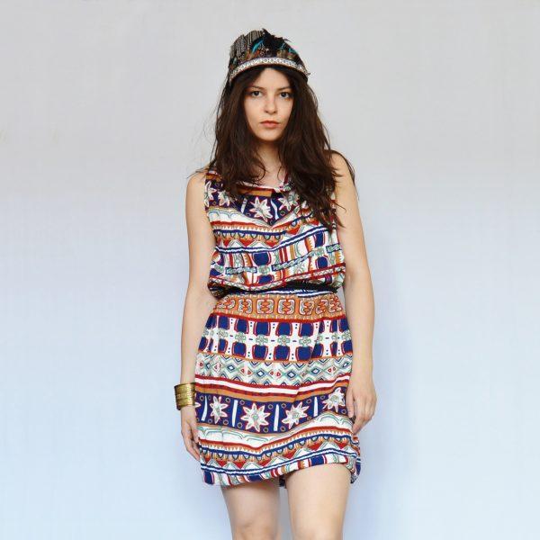 Farebné šaty s indiánskym vzorom, vyrobené z nohavíc