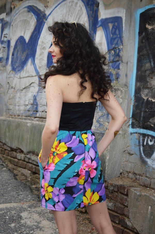 Śaty s čiernym korzetom a kvetovanou sukňou.