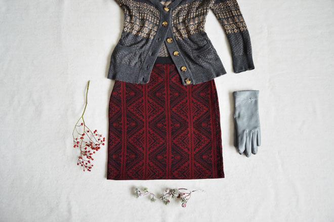 Vínově červená krátká sukně s indiánským vzorem.