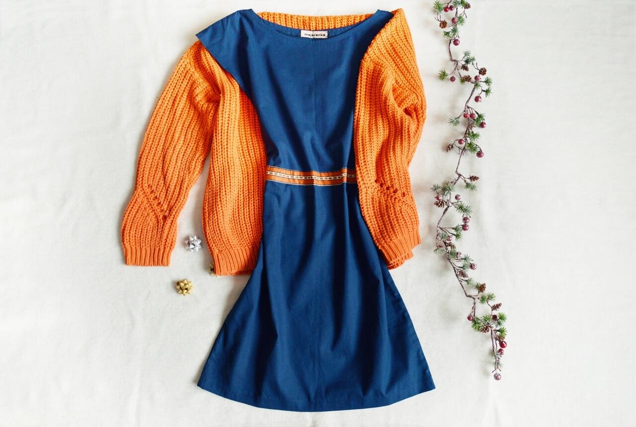 Modré šaty po kolena v retro stylu