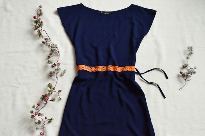 Modré slow fashion šaty po kolená s oranžový detailom