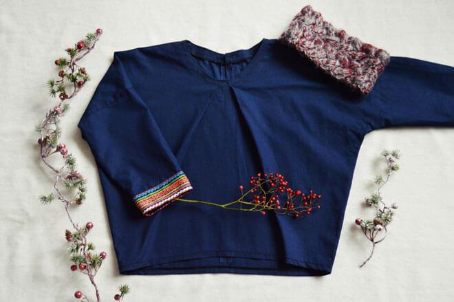 Tmavomodrá bavlnená blúzka s manžetami vo farbách dúhy