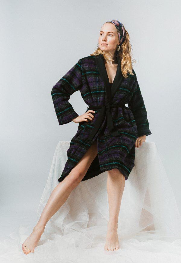 Tmavý zavinovací károvaný slow fashion oversize kabát