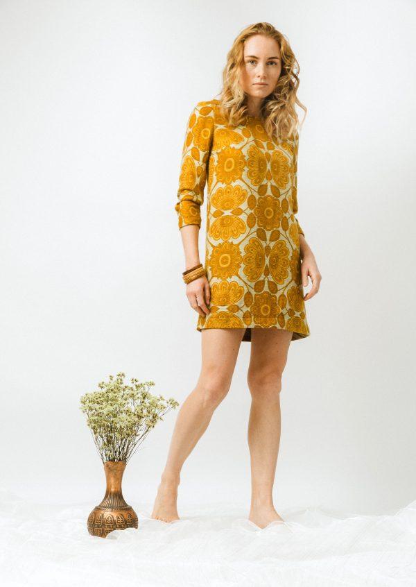 Žlté kvetované retro šaty v štýle 60-tych rokov