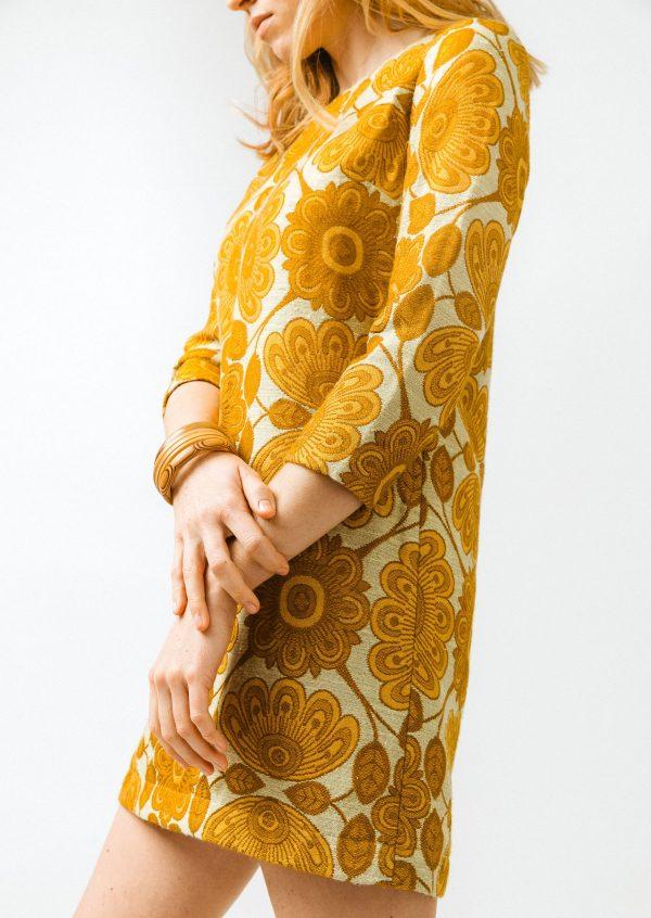 Krátke žlté retro šaty v štýle 60-tych rokov
