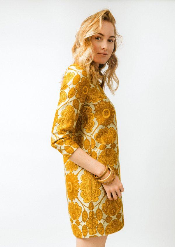 Krátke žluté vzorované šaty s rukávem