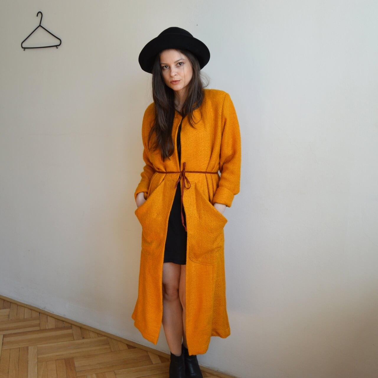 Výrazne oranžový kabát od slovenskej návrhárky