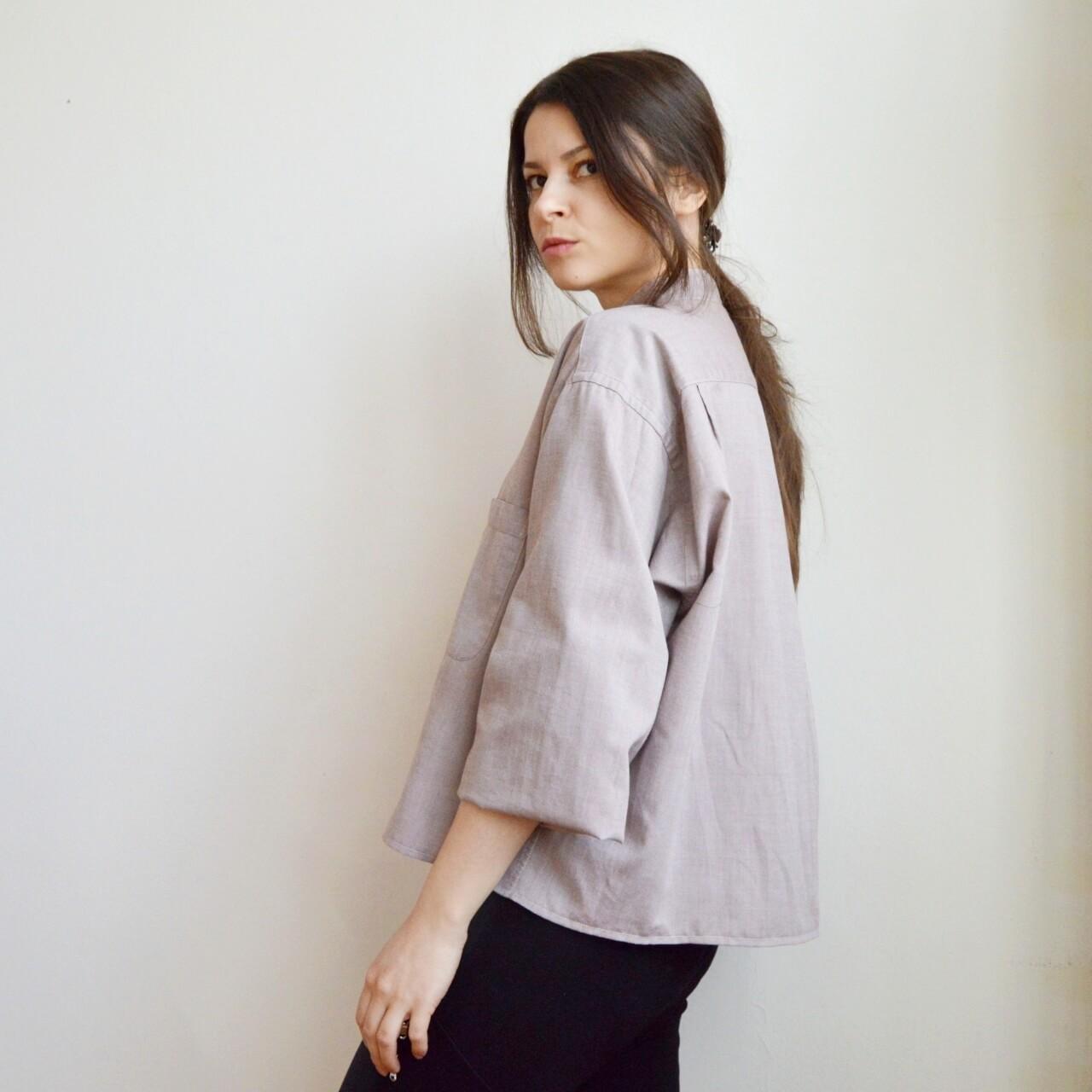 Recyklovaná slow fashion blúzka pastelovej farby.