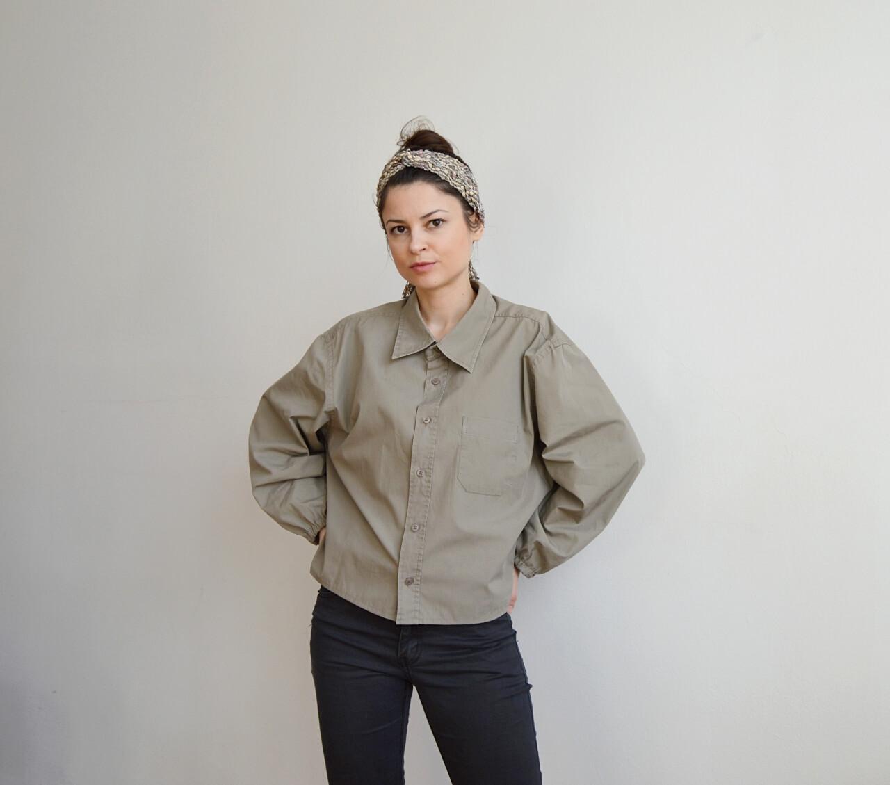 Khaki zelená dámska upcyklovaná blúzka.