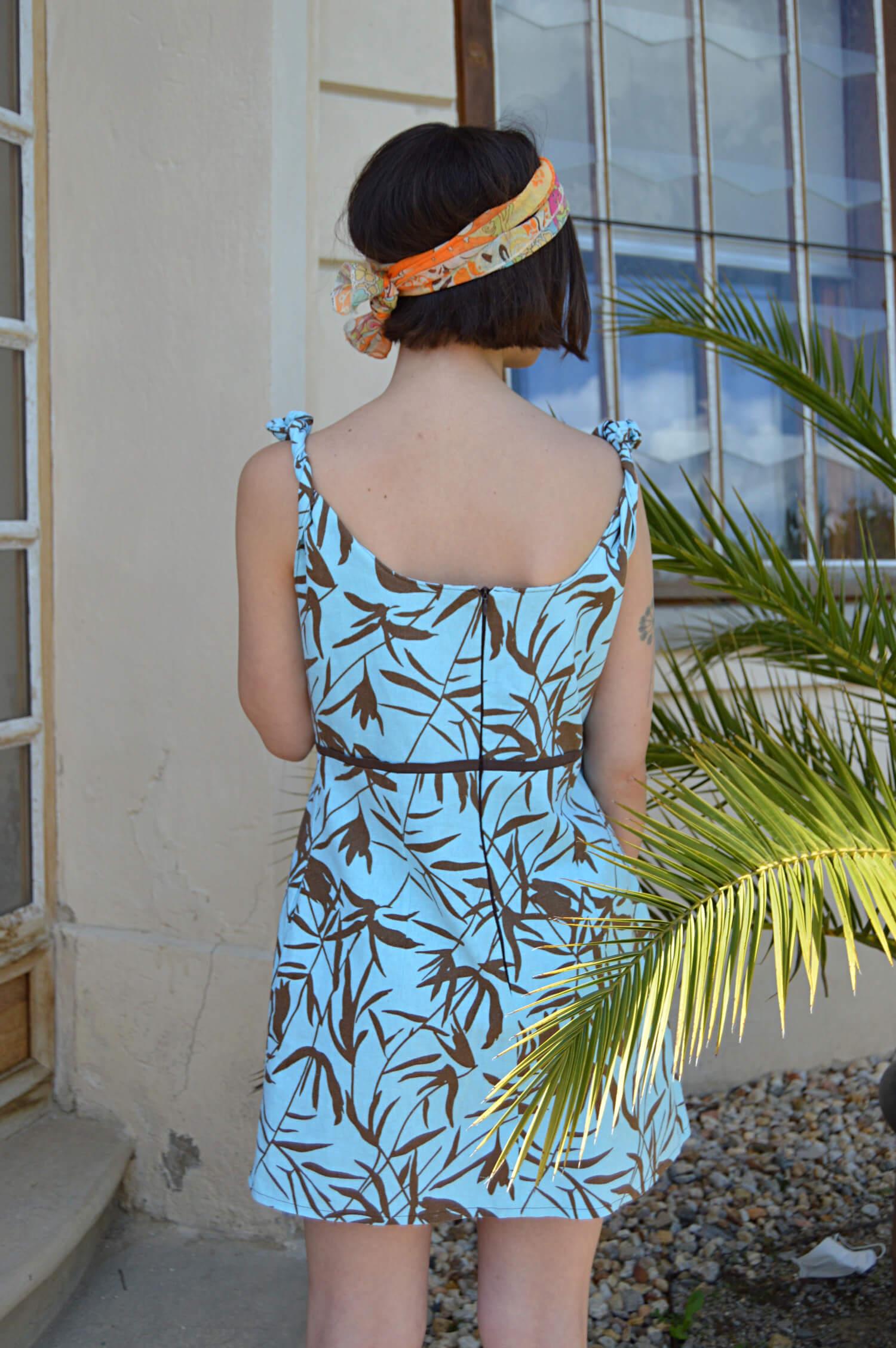 Letní modré slow fashion šaty s havajským vzorem