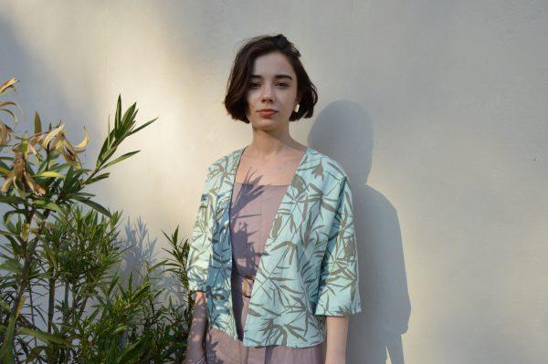 Svetlozelená letná slow fashion košeľa s bambusovou potlačou