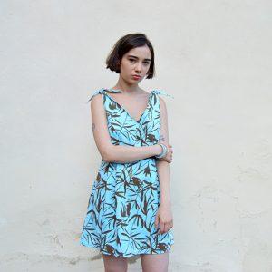 Letní slow fashion šaty s tropickým vzorem