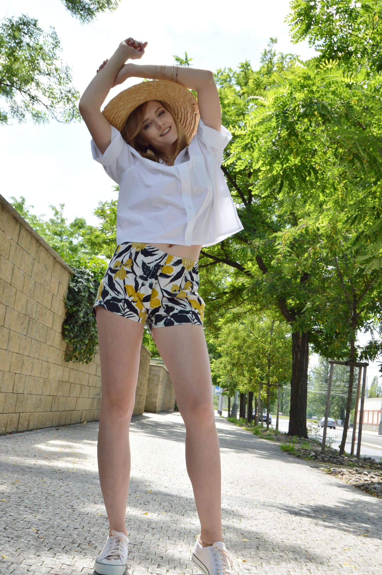 Kvetované slow fashion šortky