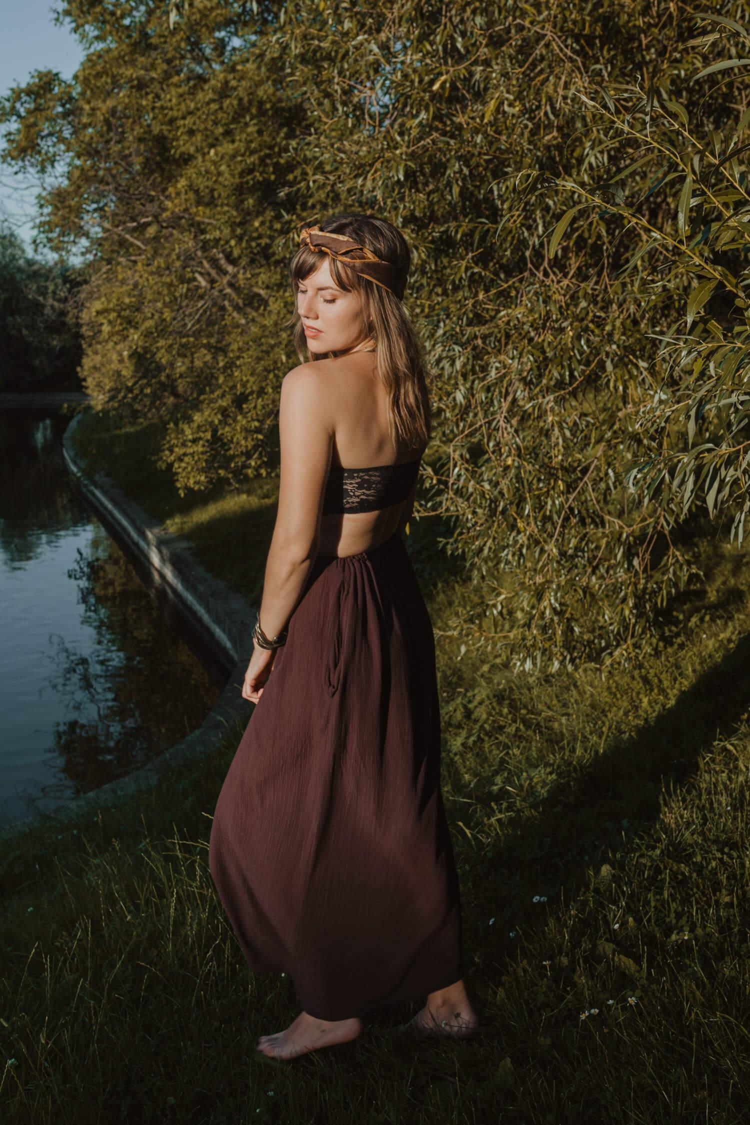 Dlhá hnedá sukňa, z ktorej je možné vytvoriť šaty