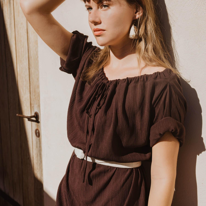 Tmavohnedé variabilné slow fashion šaty