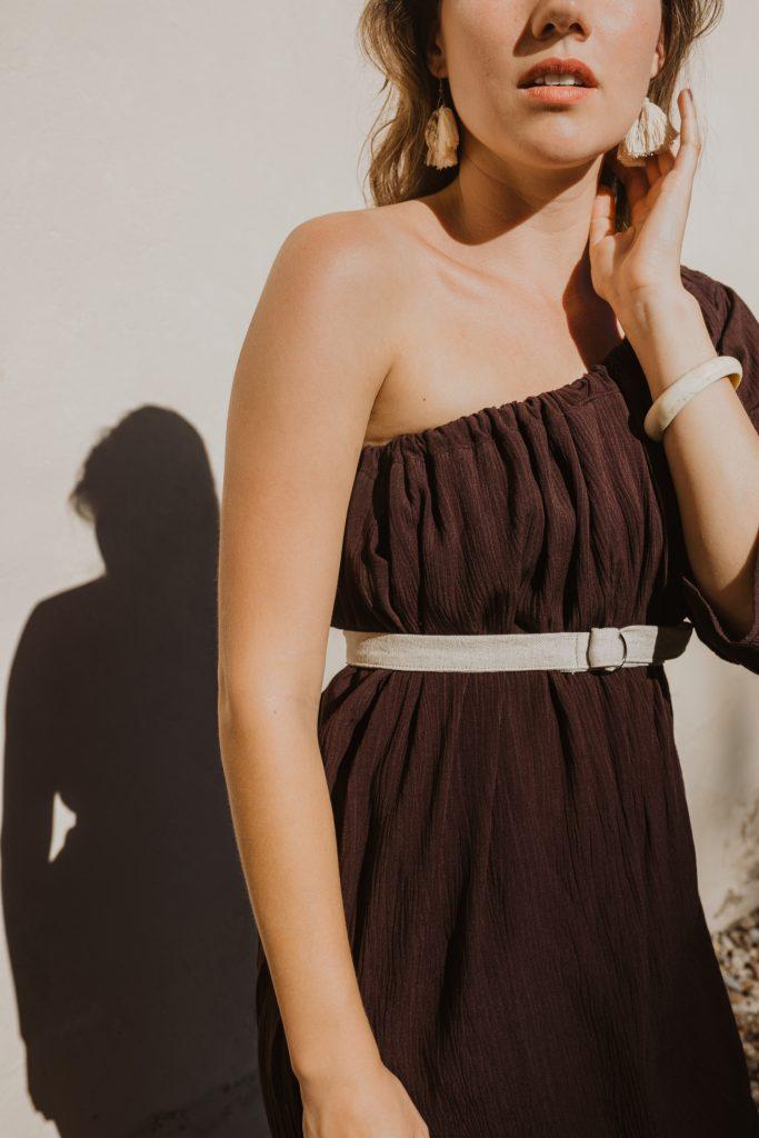 Lehké tmavě hnědé letní slow fashion šaty s jedním rukávem