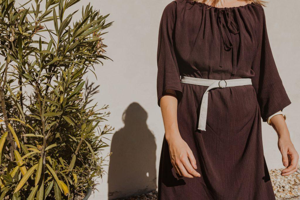 ľahké letné tmavohnedé multifunkčné šaty po kolená