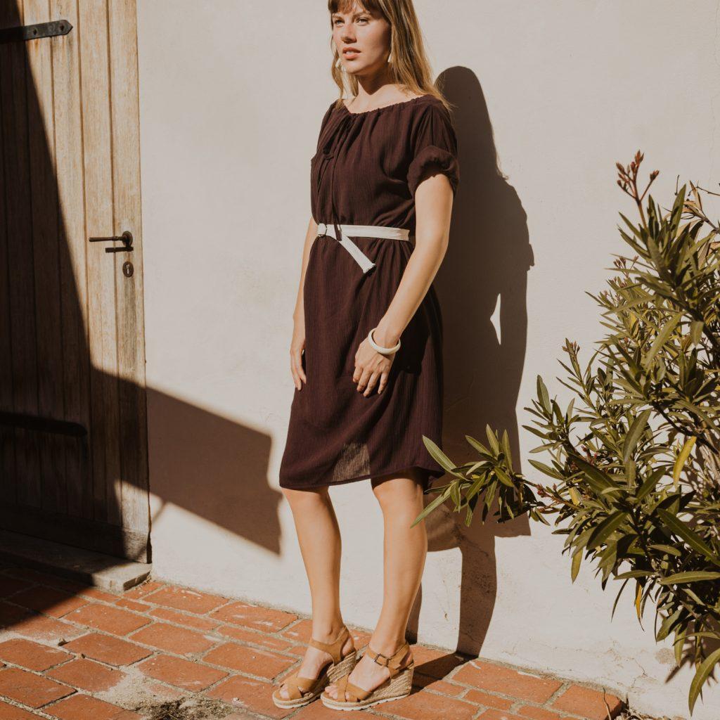 Jednoduché hnedé slow fashion šaty po kolená