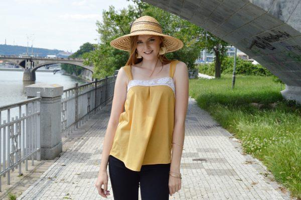 Elegantný žltý letný slow fashion top s bielou krajkou
