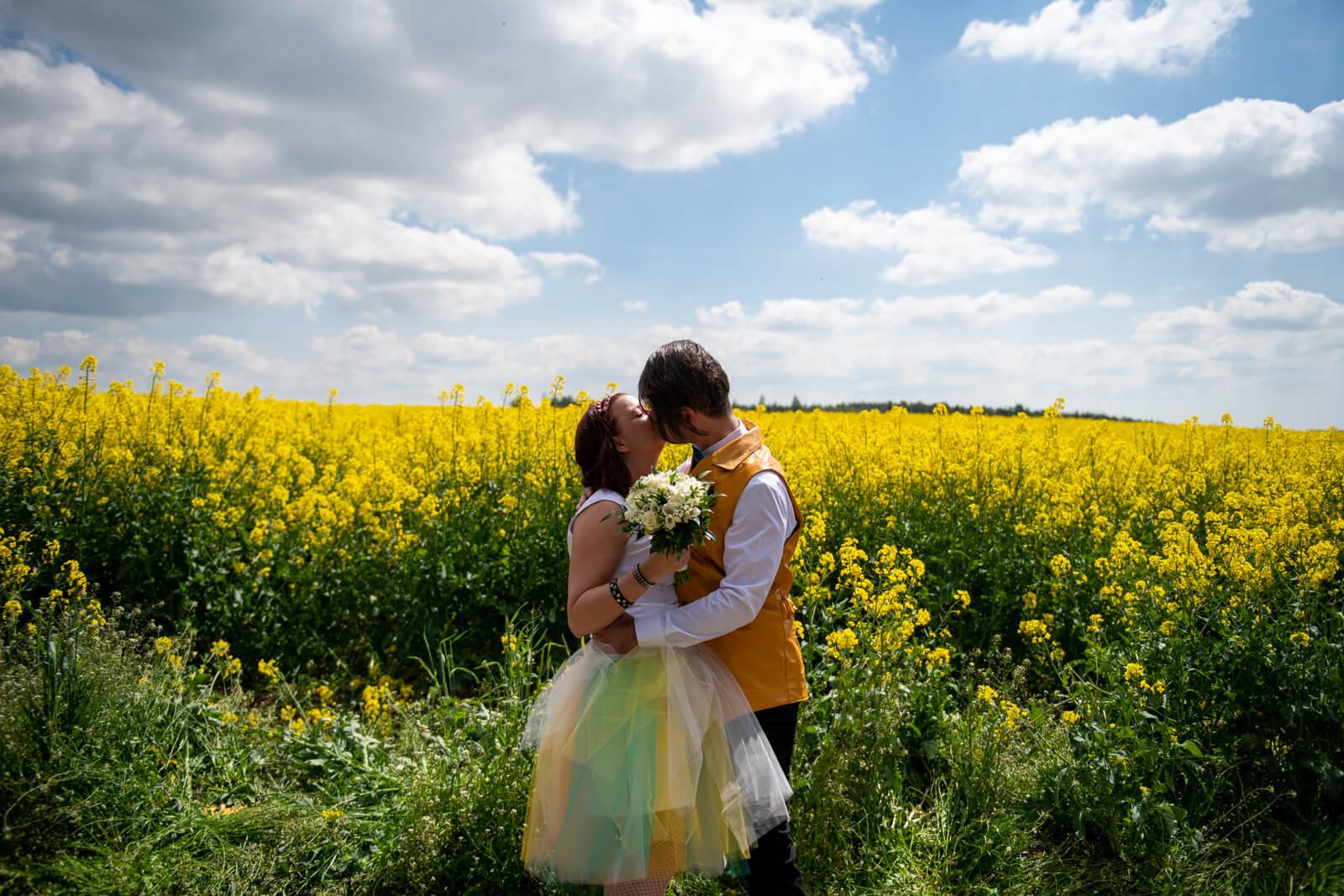 Barevné svatební šaty na zakázku Praha
