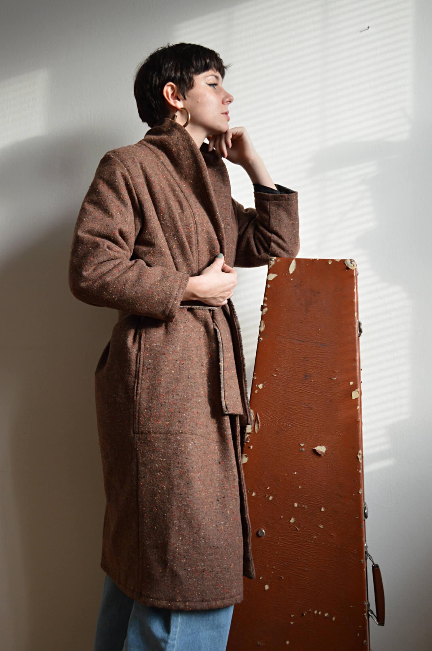 Hnědý zavinovací slow fashion kabát Praha