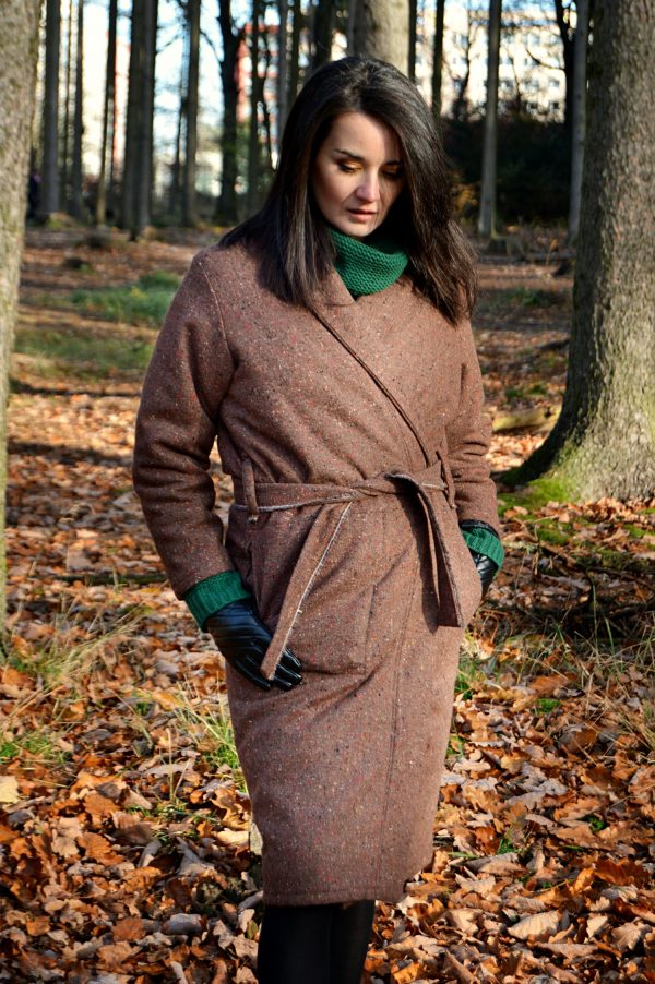 Zimní hnědý zavinovací slow fashion kabát Praha