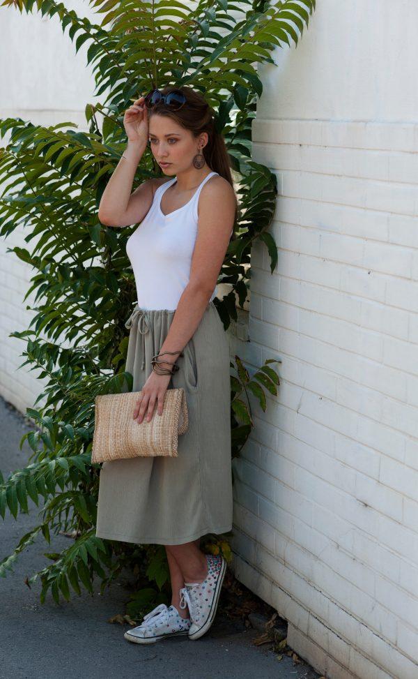 Pistáciová sukně pod kolena, kterou lze nosit i jako halenku a top.