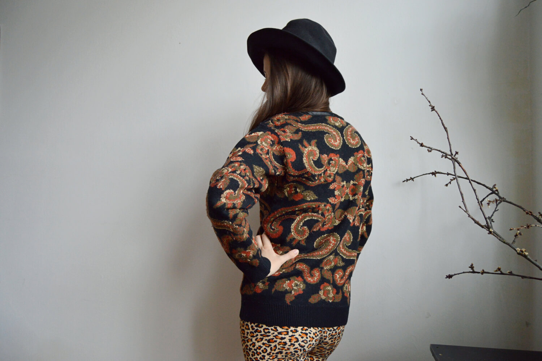 Upcyklovaný svetr s retro vzorem