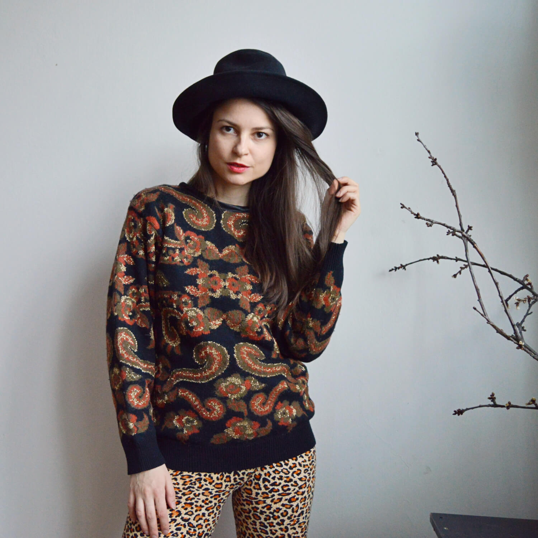 Stylový černý vintage svetr s oranžovo zlatým vzorem