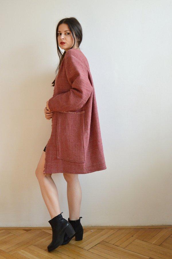 Lehký tmavě růžový jarní kabátek.