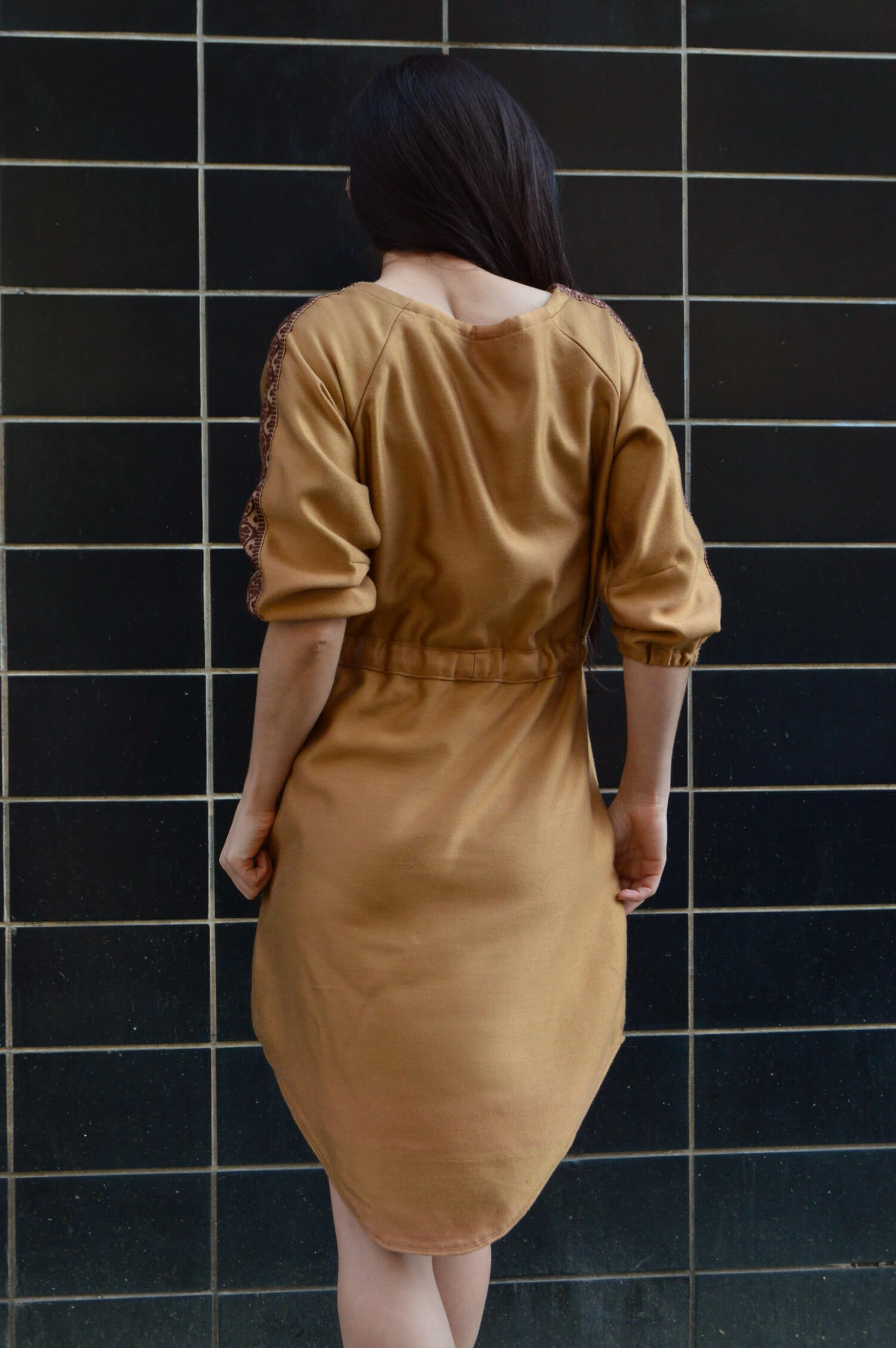 Pohodlné škořicové šaty po kolená