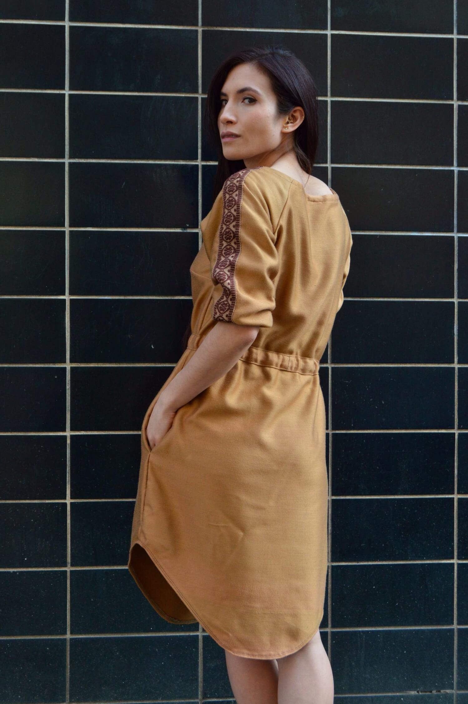Boho šaty po kolená s folkovým detailom