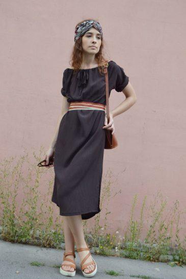 Hezké hnědé slow fashion šaty ve vintage stylu s krátkymi rukávy